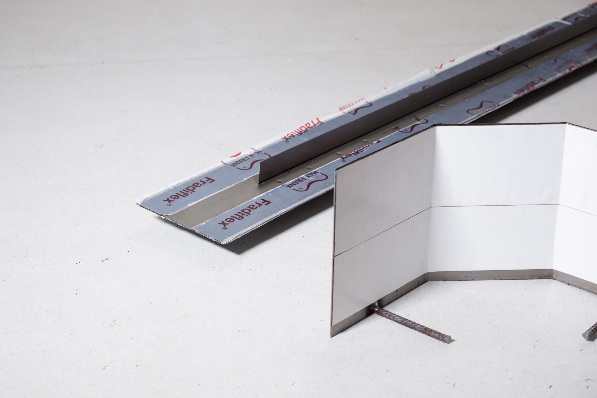 Cast Concrete Spacers : Metal water stop for element walls fradiflex max frank