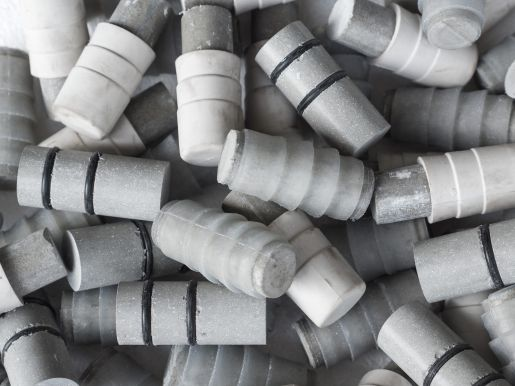 Fibre concrete sealing plugs